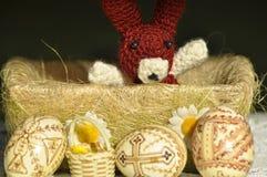 Påsk Symboler av jul Kanin, höna och ägg Pilen fattar Fotografering för Bildbyråer