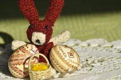Påsk Symboler av jul Kanin, höna och ägg Pilen fattar Royaltyfri Fotografi