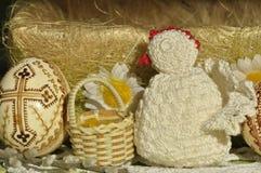 Påsk Symboler av jul Kanin, höna och ägg Pilen fattar Arkivfoton