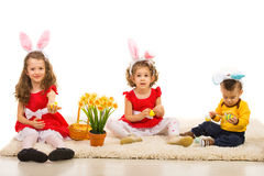 Påsk tre ungar med kaninöron Arkivbilder