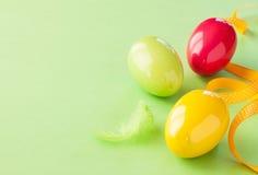 Påskbakgrund - glansiga ägg på pastell gör grön Royaltyfria Foton