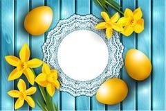 Påskbakgrund, gula ägg och pingstlilja som lägger på blått träbräde Arkivfoto
