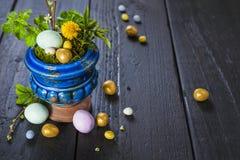 Påskbakgrund med ägg och vårblommor Fotografering för Bildbyråer