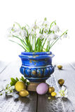 Påskbakgrund med ägg och vårblommor Royaltyfria Bilder