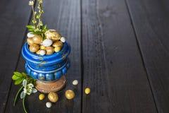 Påskbakgrund med ägg och vårblommor Royaltyfri Foto