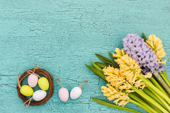 Påskbakgrund med blommor och dekorativa ägg Top beskådar Royaltyfri Bild