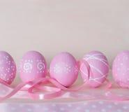 Påskbakgrund med dekorerat easter ägg och kopieringsutrymme slump Arkivbilder