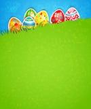Påskbakgrund och ägg i gräs Arkivbilder