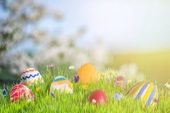 Påskbaner med blommor och ägg Arkivbilder