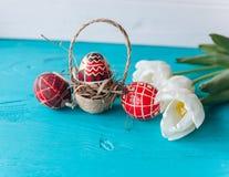Påskbegrepp, tulpan och ägg på en träbakgrund Royaltyfri Bild