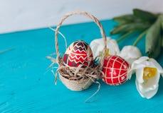 Påskbegrepp, tulpan och ägg på en träbakgrund Arkivfoton
