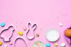 Påskbegrepps-, kakaskärare-, ägg-, Sugar Sprinkles och chokladägg på ljus bakgrund arkivfoto