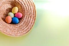 Påskbild med ägg i en hatt i landsstil fotografering för bildbyråer
