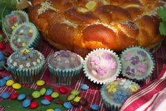 Påskbröd med candys och muffin Arkivfoto