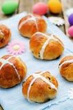 Påskbullar med ett kors och ägg Fotografering för Bildbyråer