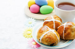 Påskbullar med ett kors och ägg Arkivbild