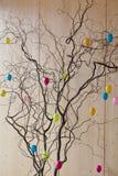 Påskbuske med färgrika ägg arkivfoton