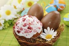 Påskcake- och chokladeaster ägg Arkivbild