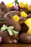 Påskchokladkorg av ägg och kaninkaniner Arkivfoton