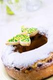 Påskcirkelkaka med florsocker och den färgrika fjärilen Royaltyfria Bilder