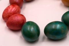Påsken målade sedan århundraden tillbaka ägg, som är ett symbol av födelsen av liv Är ägg som kallas som är pysanky med olika sym Arkivbild
