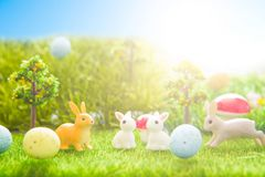 Påsken oavbrutet tjata leksaken på grönt gräs för våren Abstrakt fantasibakgrunder med den magiska boken Royaltyfri Foto