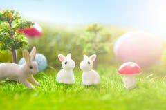 Påsken oavbrutet tjata leksaken på grönt gräs för våren Abstrakt fantasibakgrunder med den magiska boken Fotografering för Bildbyråer