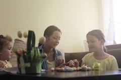 Påskförberedelse i vårt hem fotografering för bildbyråer