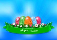 Påskferiebakgrund med ägg och grönt gräs på blå bakgrund, vektorillustration Royaltyfri Foto