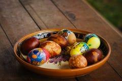 Påskferiegarnering på våren Ägg förläggas på en dekorativ platta Fotografering för Bildbyråer