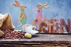 Påskfrukost med det nya kaffe, ägget och kaninen Royaltyfri Foto