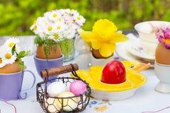 Påskfrukost, påskgarnering på den trädgårds- tabellen royaltyfri bild