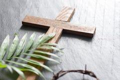Påskgömma i handflatan träkorset på abstrakt begrepp för religion för svartmarmorbakgrund det söndag begreppet royaltyfri bild