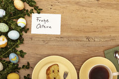 Påskgarnering, kort, lycklig påsk-, kaka- och kaffekopp Arkivbild
