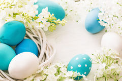 Påskgarnering med ägg och blommor fotografering för bildbyråer
