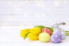 Påskgarnering med kanin, easter ägg och gula tulpan Fotografering för Bildbyråer