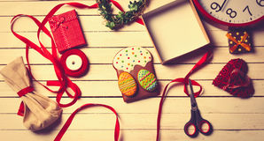 Påskgodbitar och gåvor som ligger på tabellen Arkivfoto