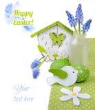 Påskgräns med den blåa hyacinten och gröna garneringar på vit royaltyfri fotografi