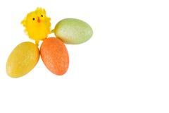 Påskhöna med kulöra ägg på vit bakgrund Royaltyfri Fotografi