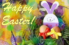 Påskhand - gjort dekorerat hälsningkort: gula ägg och hand - den gjorda festliga kaninen för plast- skum i ris för grönt gräs byg Arkivfoton