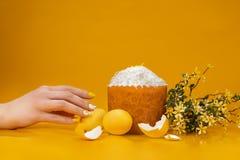 Påskkaka, ägg och pil på en gul bakgrund royaltyfria foton