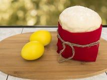 Påskkaka med gula ägg Royaltyfria Bilder