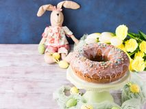 Påskkaka med kaninen för ägg för sockerglasyr på kakagarneringar arkivfoto