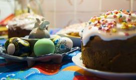 Påskkaka och traditionella garnering och attribut för påskägg lyckliga easter fotografering för bildbyråer