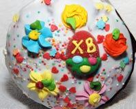 Påskkaka som dekoreras med en variation av konfektobjekt av olika färger och former med inskriften på marmeladen Royaltyfria Bilder