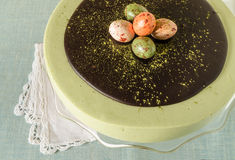 Påskkakan med tematcha dekorerade chokladganache- och sötsak-material ägg Arkivbild