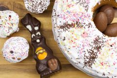 Påskkakor, chokladkanin och chokladägg Arkivfoto