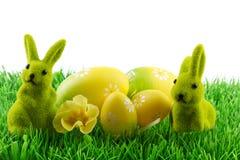 Påskkanin med easter ägg Arkivfoto