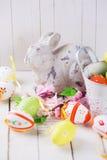 Påskkanin och dekorativa ägg Royaltyfria Foton