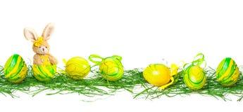 Påskkanin och easter ägg i gräset, baner Arkivbilder